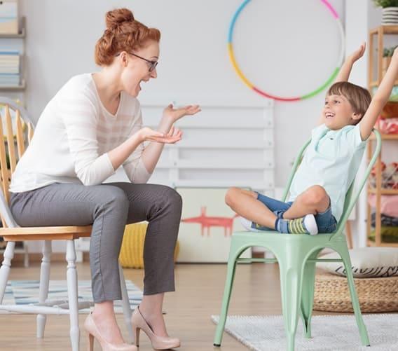 תמונה של ילד מאושר עם מטפלת רגשית
